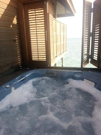 Veligandu Island Resort & Spa: jacuzzi water villa