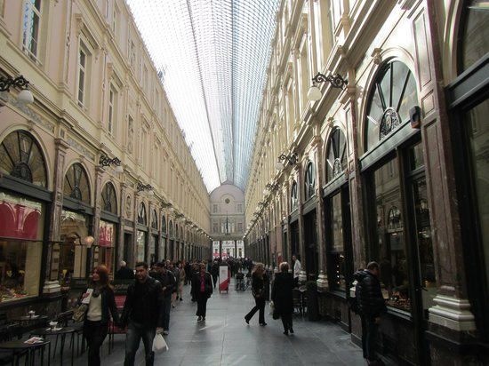 Les Galeries Royales Saint-Hubert : Inside of the Galeries showing the dome over the street