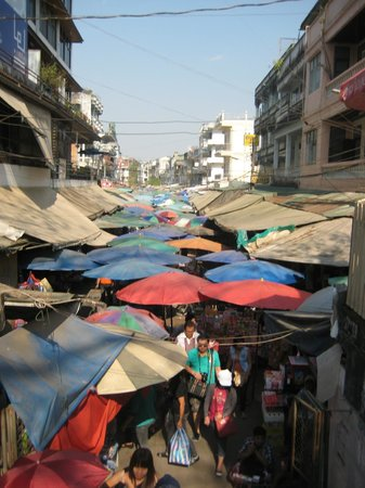 Tachileik Market : entrance to the market
