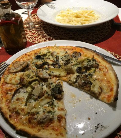 Pizzeria Mandala: Pizza végétarienne + Penne 4 fromages