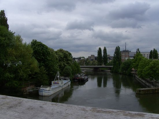 Looking upstream from the top of the Barrage Vauban
