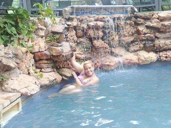 Hotel Los Alpes: casacada y piscina
