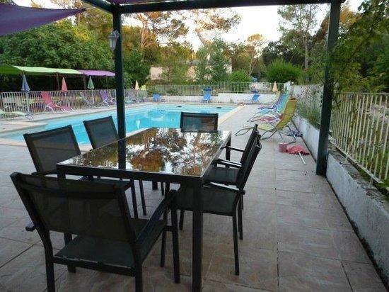 Le Mas De L'Ancre : espace pique nique au bord de la piscine