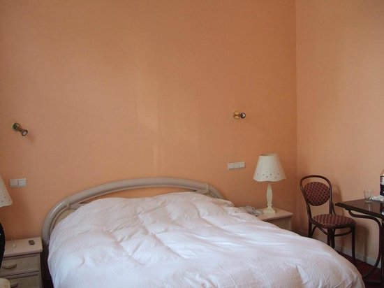 Hotel Matignon: 3-bed room