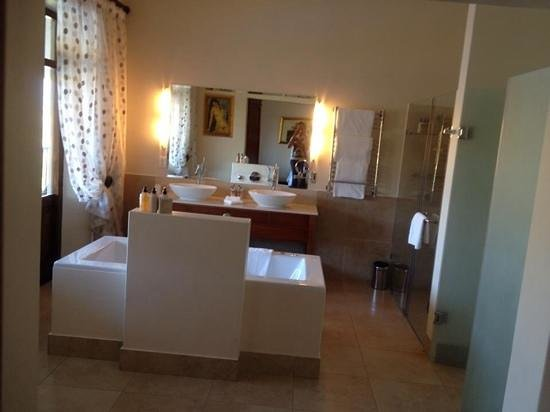 Asara Wine Estate & Hotel : Suite bathroom