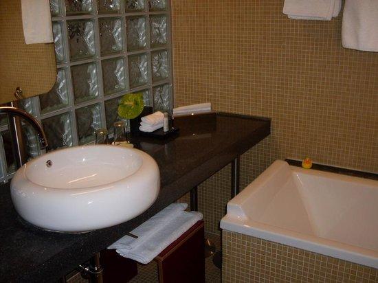 Mövenpick Hotel Berlin: Modern bathroom
