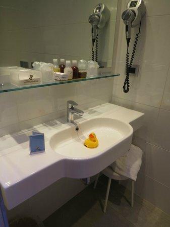 Hotel Berna: Banheiro com o patinho de boas vindas