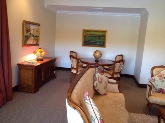 Asara Wine Estate & Hotel: suite living room