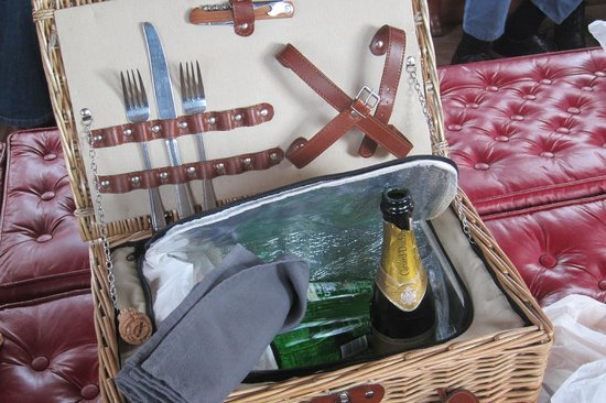 Steam Yacht Gondola: our champagne picnic