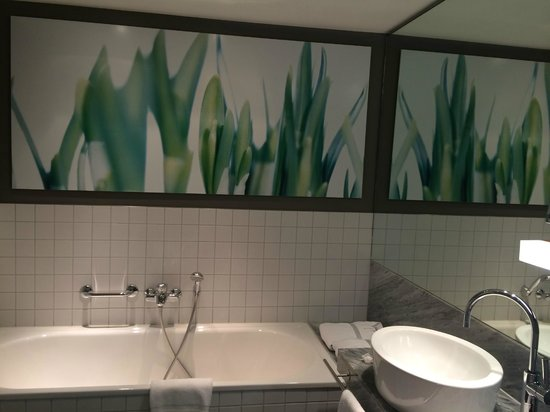 Sofitel Hamburg Alter Wall : View of the bathroom