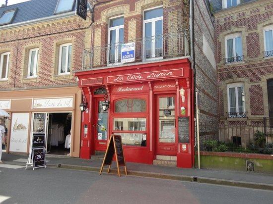 Le clos Lupin: façade restaurant , seul attrait pour faire rentrer les touristes