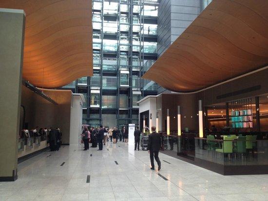 Hilton Frankfurt Airport Hotel: Hall principal à l'entrée
