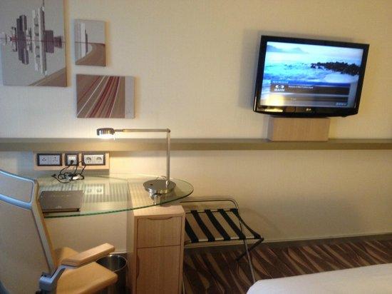 Hilton Frankfurt Airport Hotel: La chambre sous un autre angle