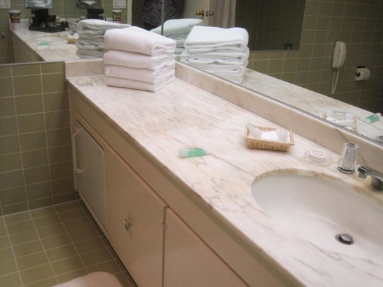 Little America Hotel Flagstaff : Large counter and lots of towels