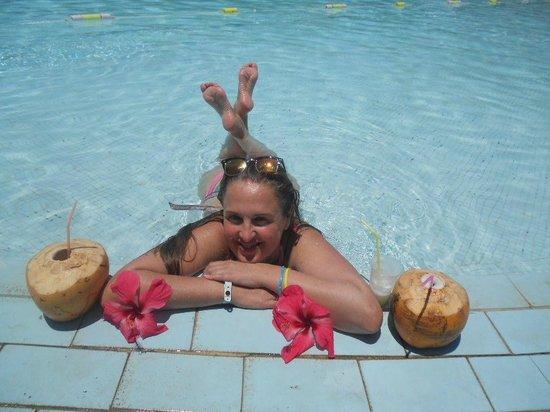 Be Live Experience Turquesa: En la piscina con los cocos que los jardineros cortan ¡Deliciosos!