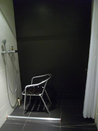 Oriente Atiram : Shower with chair from bar