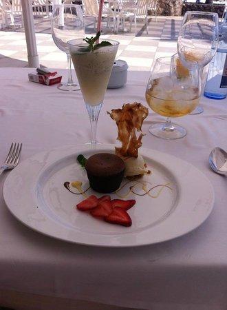 restaurante Amura: Bombon de chocolate..... (detrás) Sorbete de limon....