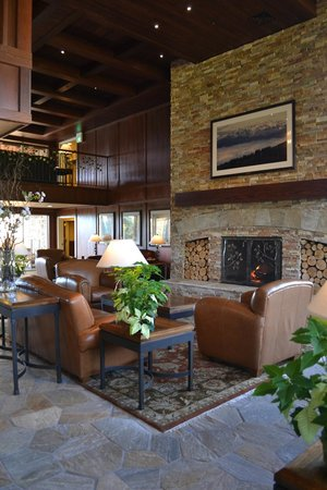 Olympic Lodge: Beautiful lobby.