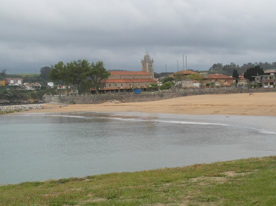 Hotel Los Laureles: Playa de Luanco. preciosa iglesia.