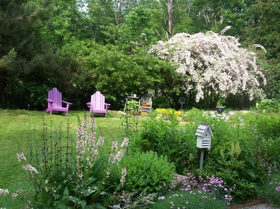 Inns at Blackberry Common : Relax in our quiet gardens