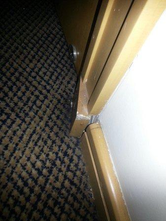Prodigy Grand Hotel & Suites Berrini : Defekter Sockel an der Tür