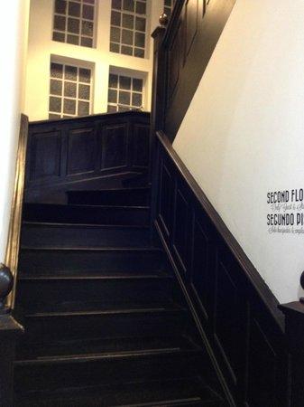 Fulano Backpackers : escada para quartos
