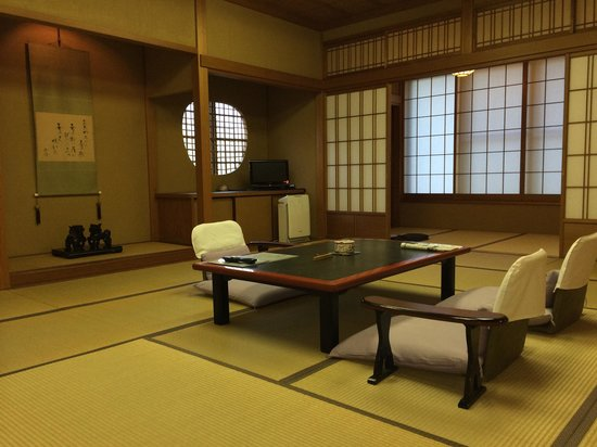Sanpeiso: 部屋はとても広く、写真の居間に、コタツ部屋、洋風のリビング付き。 The room is comfortable and enough space for family.