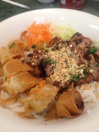 Cao Thanh Vietnamese Restaurant: bun with grilled pork and egg roll