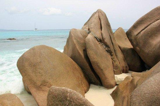 Grand Anse: Вблизи у скал справа