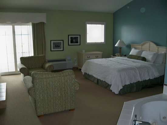 Bay Pointe Inn & Restaurant: The King sized bed in suite