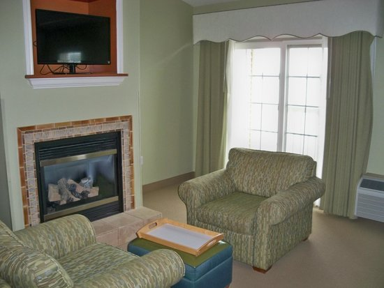 Bay Pointe Inn & Restaurant: Fireplace and comfortable chair