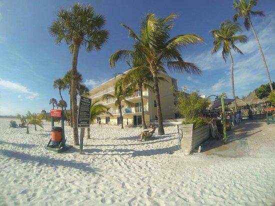 Outrigger Beach Resort : Foto vom strand aus direkt vor dem outigger ..rechts die tikibar