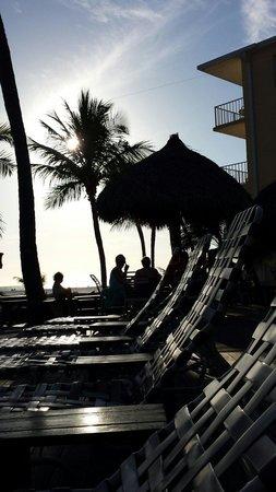 Outrigger Beach Resort : Die Liegen draußen vor dem hotel