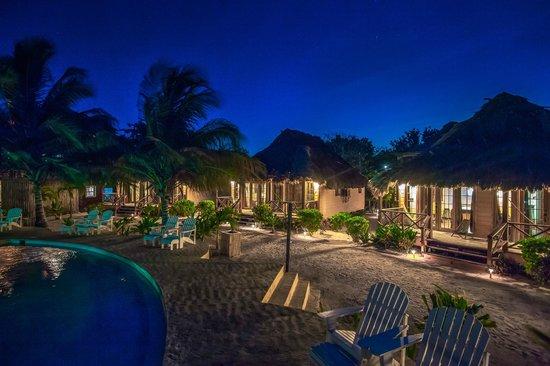Portofino Beach Resort: Hotel at night
