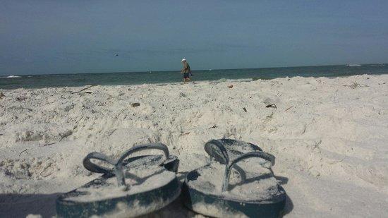 Outrigger Beach Resort: Meine flipflops im traumhaften weißen strandsand