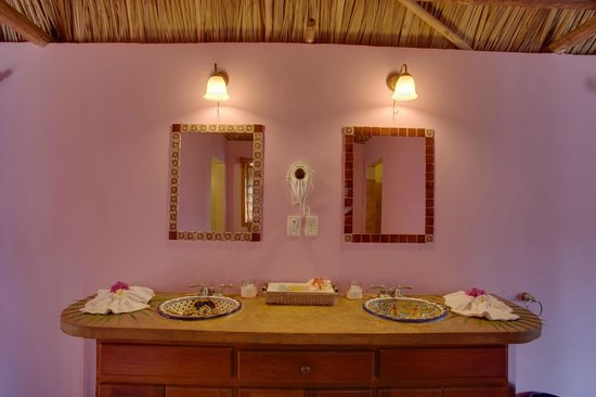 Portofino Beach Resort : One of the bathrooms