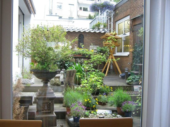 Excelsior Hotel Düsseldorf: The small courtyard as seen from the breakfast room.