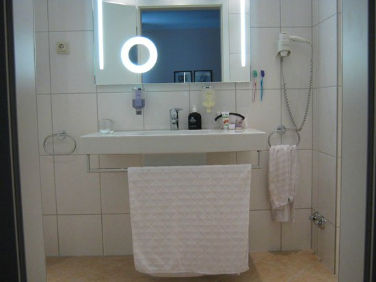 Novum Hotel Excelsior Duesseldorf: Well lit, Euro-chic bathroom, complete with makeup mirror