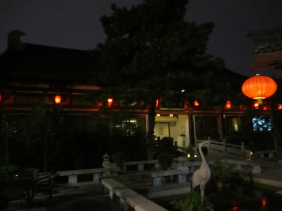 Tang Dynasty Art Garden Hotel: Courtyard in the evening