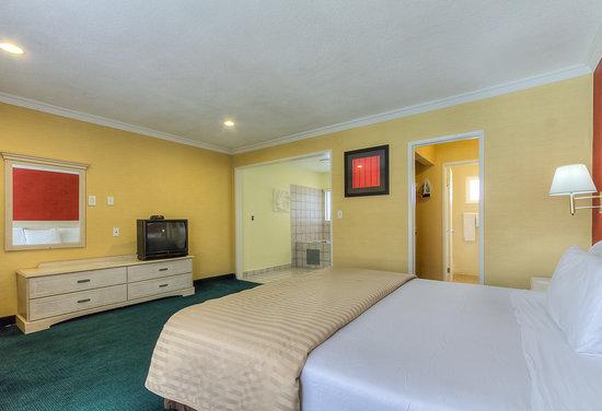 Americas Best Value Inn & Suites: Jacuzzi Suite 1