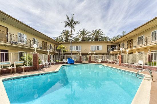 Americas Best Value Inn & Suites: Pool Area