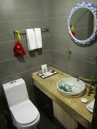 Tang Dynasty Art Garden Hotel: Bathroom with full amenities
