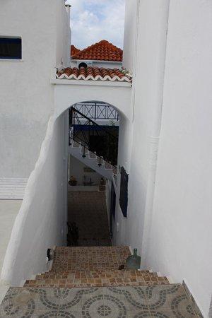Papadakis Villas : Treppe vom Poolbereich hinunter zu den unteren Terrassen