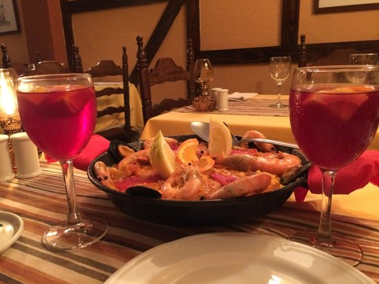 La Taberna: Paella y sangria!!
