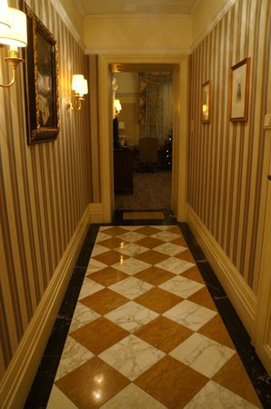 Hotel Bristol Wien: Long room entry (decreases hallway noise!)
