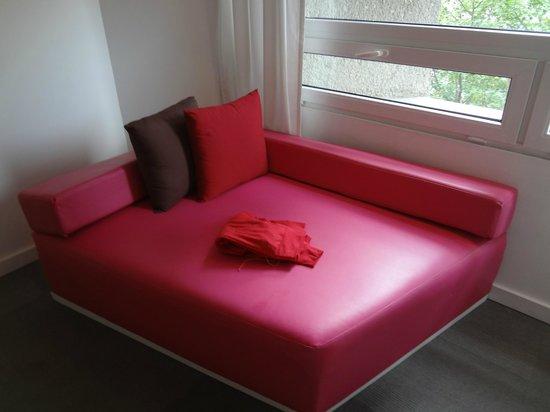 Room Mate Valentina : habitacion, sillon pegado al ventanal
