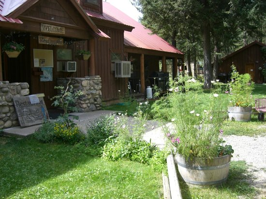 Mazama Country Inn: OUR FRONT YARD