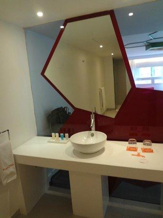 Room Mate Valentina: baño con vistas a la habitacion