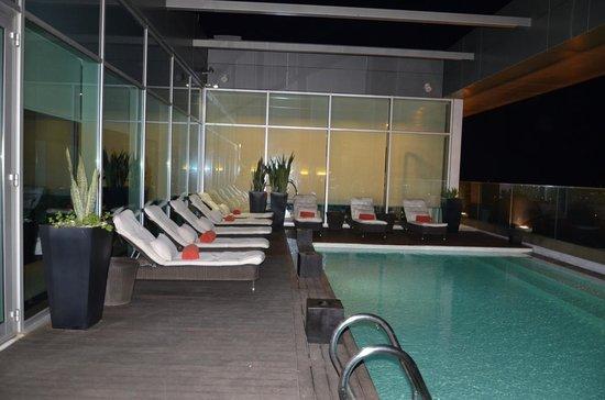 Hotel Baia Luanda: Lounge e piscina à noite