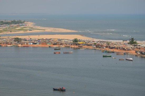 Hotel Baia Luanda: Vista da piscina para a Baía